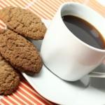 kopje koffie met koek